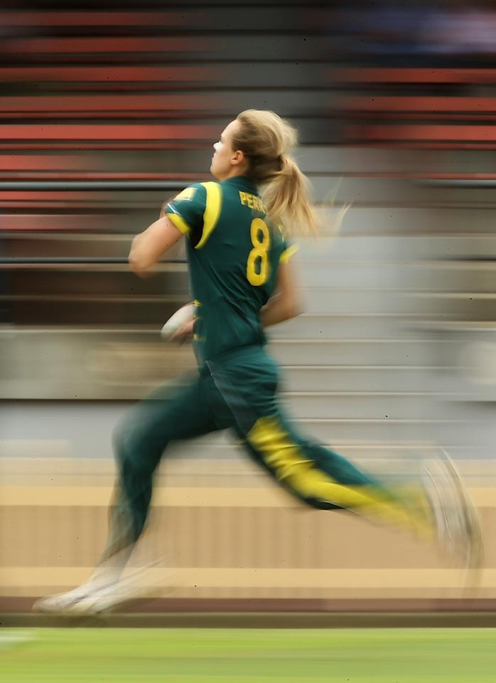 SYDNEY, AUSTRALIA - DECEMBER 19:  Ellyse Perry of Australia bowls during game four of the one day international series between the Australian Southern Stars and New Zealand at North Sydney Oval on December 19, 2012 in Sydney, Australia.  (Photo by Mark Metcalfe/Getty Images)
