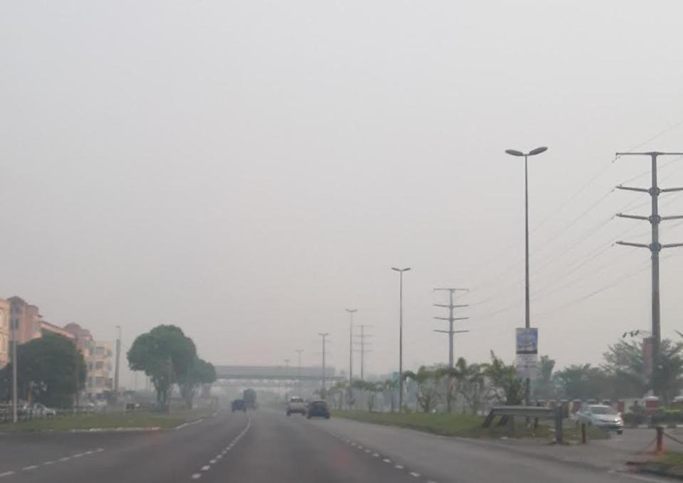 As at 2pm, the Air Pollutant Index (API) reading for Kuching district was 226 and the neighbouring Samarahan district, 205. — Picture by Sulok Tawie