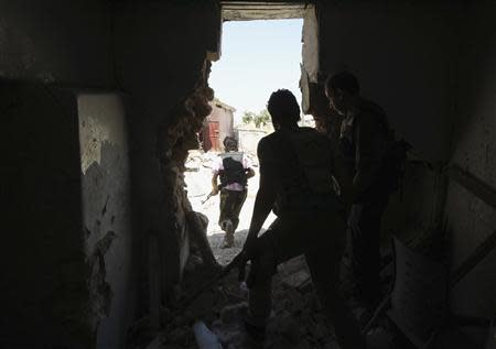 Free Syrian Army fighters carry their weapons as they move towards their positions during an infiltration operation near Hanano Barracks, which is controlled by forces loyal to Syria's President Bashar al-Assad, in Aleppo September 11, 2013. REUTERS/Muzaffar Salman