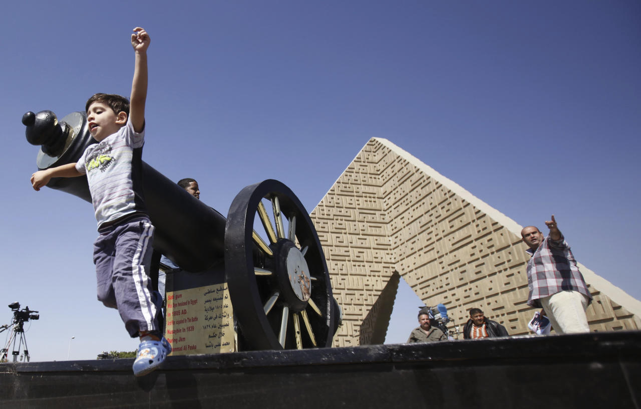 A boy plays at the tomb of late President Anwar Sadat during the 40th anniversary of Egypt's attack on Israeli forces in the 1973 war, at Cairo's Nasr City district, October 6, 2013. REUTERS/Amr Abdallah Dalsh (EGYPT - Tags: POLITICS CIVIL UNREST MILITARY ANNIVERSARY)