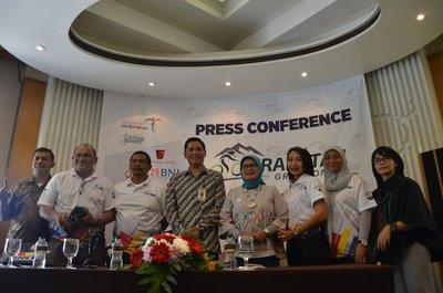 Eneng Nurcahyati, Head of Banten's Tourism and Cultural Department (fourth from the right) and the collaborating parties at the Press Conference of The 2017 Krakatau Granfondo