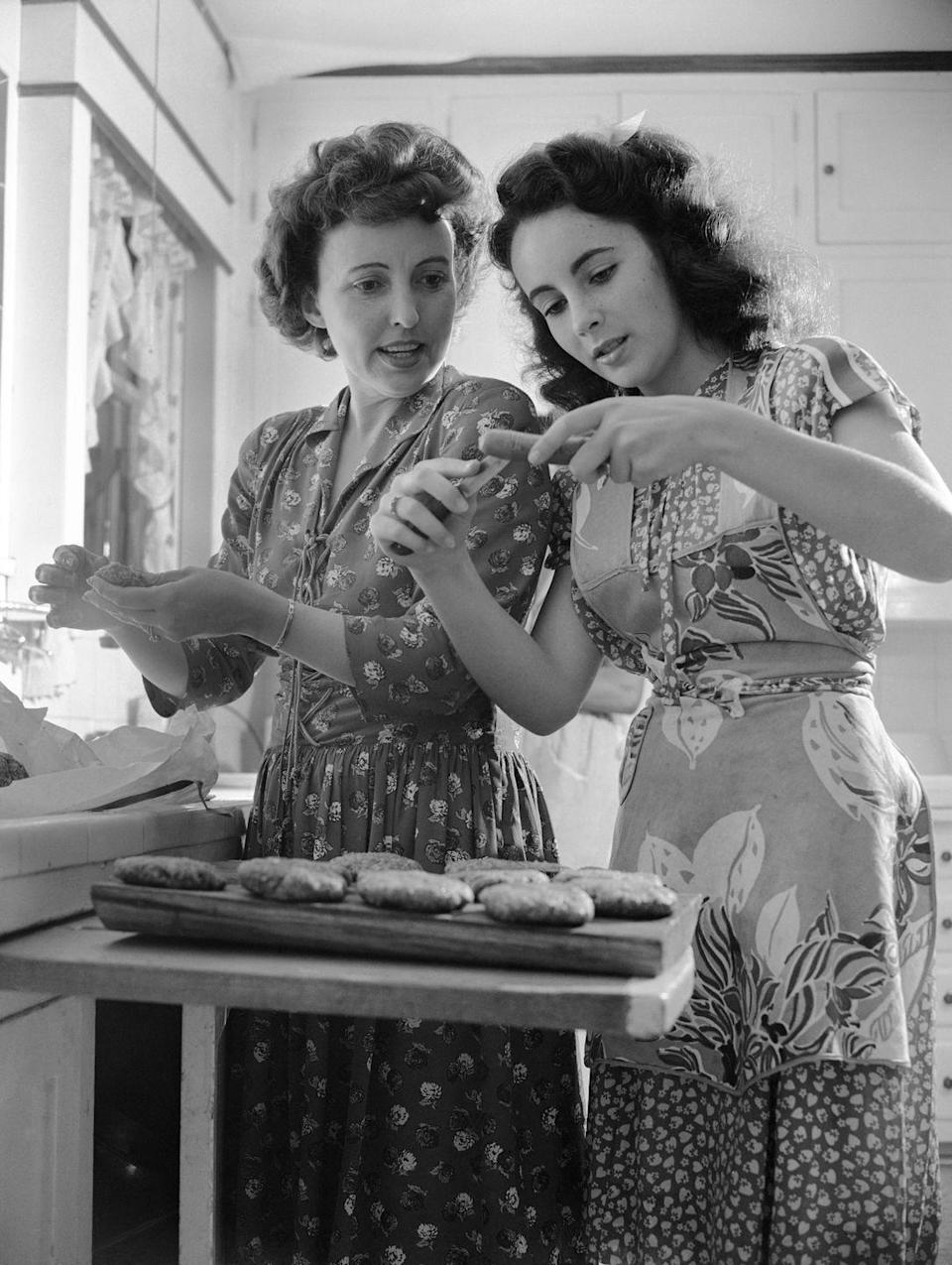 <p>The movie star helps her mother in the kitchen as they prepare hamburgers and hot dogs for a barbecue. </p>