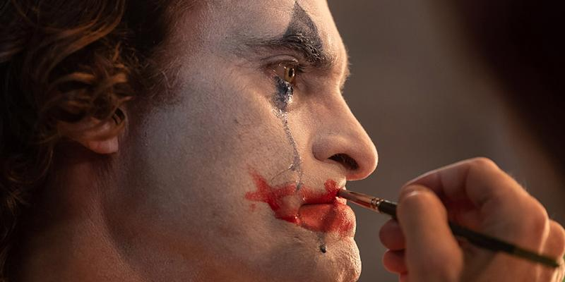 Joaquin Phoenix gets into character in 'Joker' (Photo: Warner Bros.)