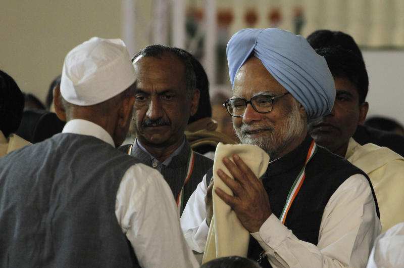 Indian Prime Minister Manmohan Singh greets a freedom fighter during the 83rd Plenary session of the Congress party in New Delhi, India, Sunday, Dec. 19, 2010. (AP Photo/Saurabh Das)
