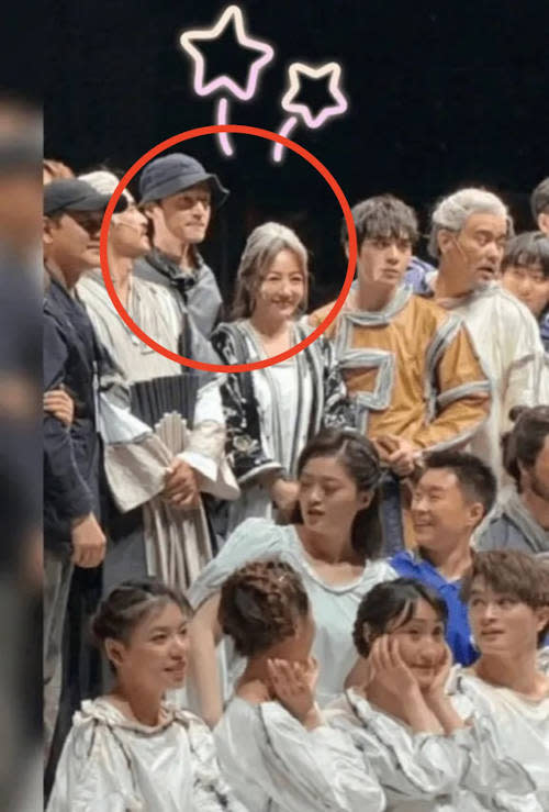 Hu was seen taking photos with the cast of Xue's musical
