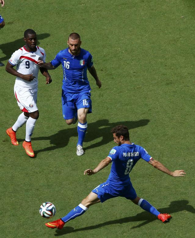 Italy's Claudio Marchisio (8) and Italy's Daniele De Rossi fight for the ball against Costa Rica's Joel Campbell (L) during their 2014 World Cup Group D soccer match at the Pernambuco arena in Recife June 20, 2014. REUTERS/Ruben Sprich (BRAZIL - Tags: SOCCER SPORT WORLD CUP)