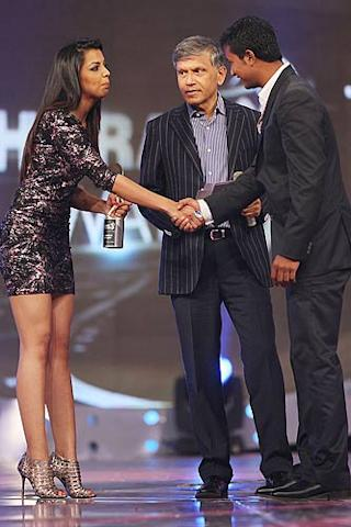 Actress Mugdha Godse (L) & former Indian cricketer Dilip Doshi (C) present the best bowler award to Pragyan Ojha (R) of Deccan Chargers at the IPL Awards Night at the Grand Hyatt. (Getty Images)