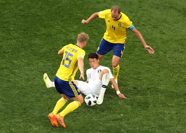 Soccer Football - World Cup - Group F - Sweden vs South Korea - Nizhny Novgorod Stadium, Nizhny Novgorod, Russia - June 18, 2018 South Korea's Hwang Hee-chan in action with Sweden's Oscar Hiljemark and Andreas Granqvist REUTERS/Lucy Nicholson
