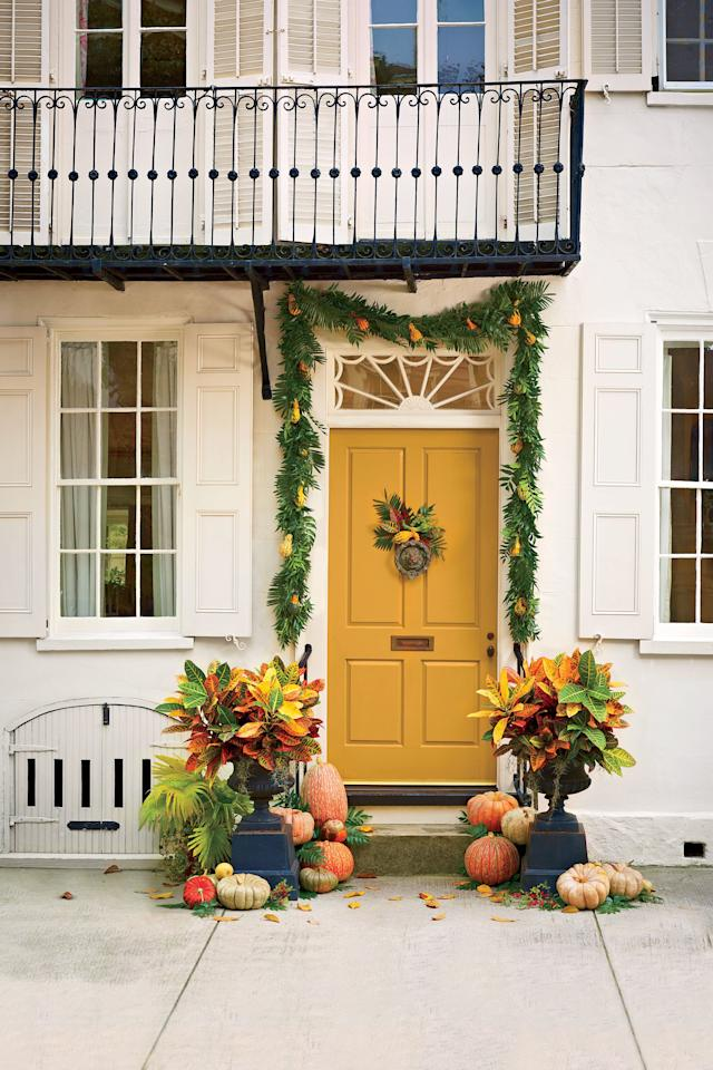 <p>A simple pine garland adds elegance to this Halloween display. And don't forget the pumpkins!</p>