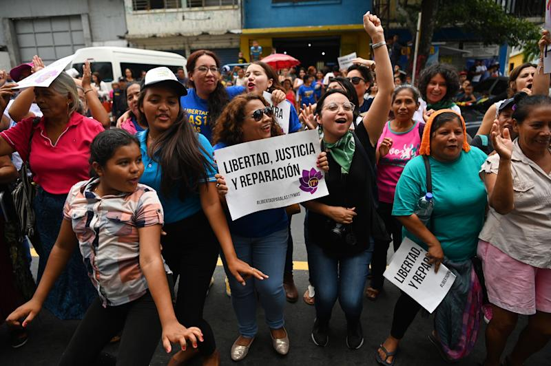 Manifestantes esperam pelo resultado do julgamento de Evelyn do lado de fora do tribunal, em El Salvador. (Photo: OSCAR RIVERA via Getty Images)