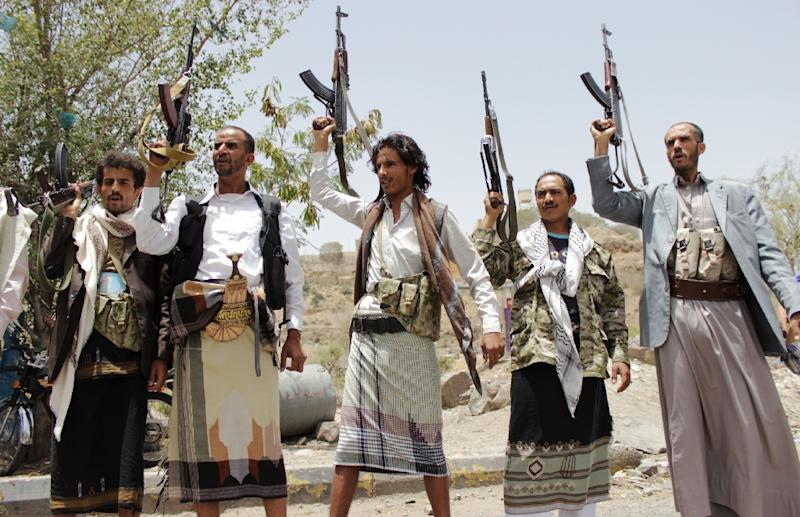 Huthi rebels brandish their weapons during a rally in Taiz, in the Yemeni Highlands, on April 10, 2015 (AFP Photo/Abdulrahaman Abdullah)