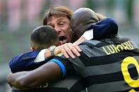 Inter Milan coach Antonio Conte (C) celebrates with Alexis Sanchez (L) and Romelu Lukaku.