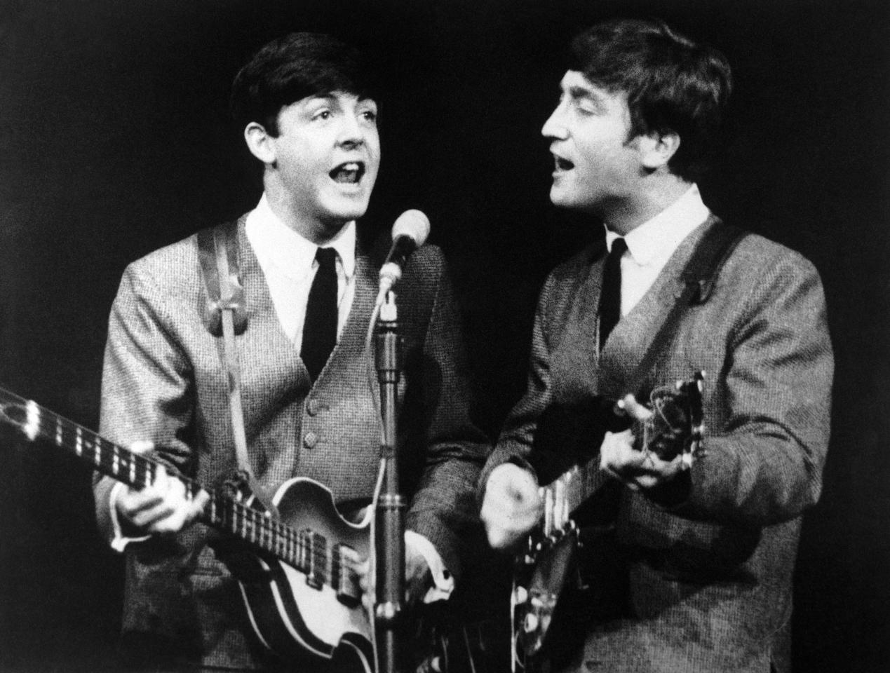Paul McCartney, a sinistra, and John Lennon, a destra, durante il concerto dei Beatles a Londra, 11 novembre 1963. (AP Photo/N)