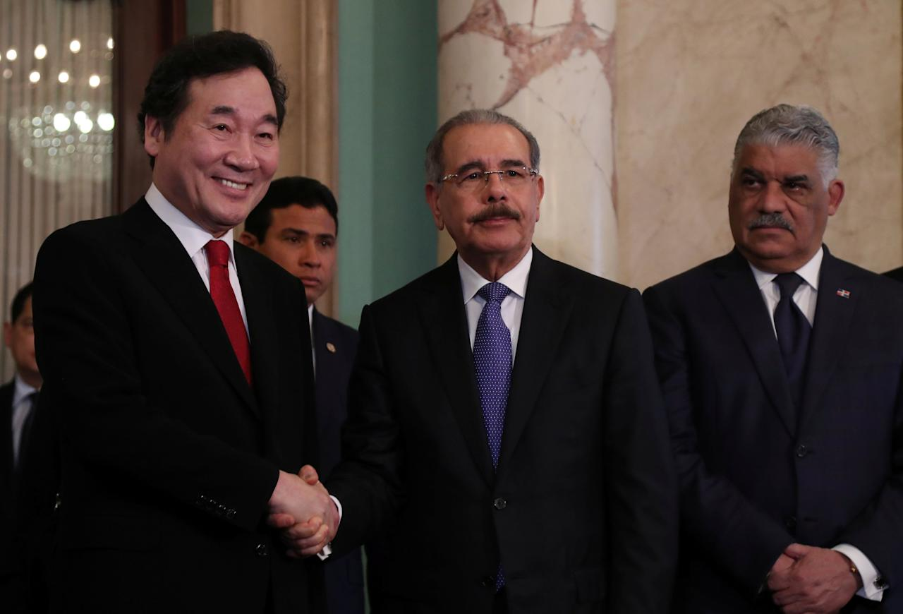 South Korea's Prime Minister Lee Nak-yeon (L) shakes hand with Dominican Republic's President Danilo Medina as Dominican chancellor Miguel Vargas (R) looks on at the national palace in Santo Domingo, Dominican Republic March 15, 2018. REUTERS/Ricardo Rojas