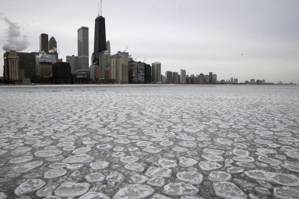 The Chicago skyline is seen above a partially frozen Lake Michigan in Chicago, Illinois, January 5, 2015. REUTERS/Jim Young (UNITED STATES - Tags: ENVIRONMENT SOCIETY CITYSCAPE)