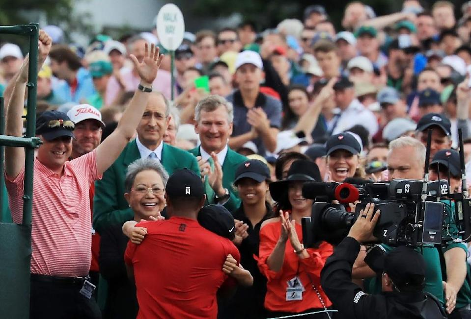 Tiger Woods hugs his son after his memorable Masters triumph (AFP Photo/DAVID CANNON)