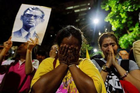 Well-wishers stand weep outside Thailand's King Bhumibol Adulyadej at the Siriraj hospital where he is residing in Bangkok, Thailand, October 13, 2016. REUTERS/Jorge Silva