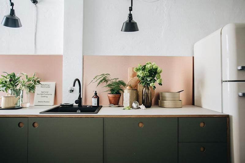 When Jules Villbrandt couldn't find the copper backsplash she wanted, she opted for a copper-colored aluminum version instead.