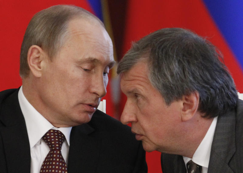 Russia's President Vladimir Putin (L) talks to Rosneft chief Igor Sechin at the Kremlin in Moscow on July 2, 2013