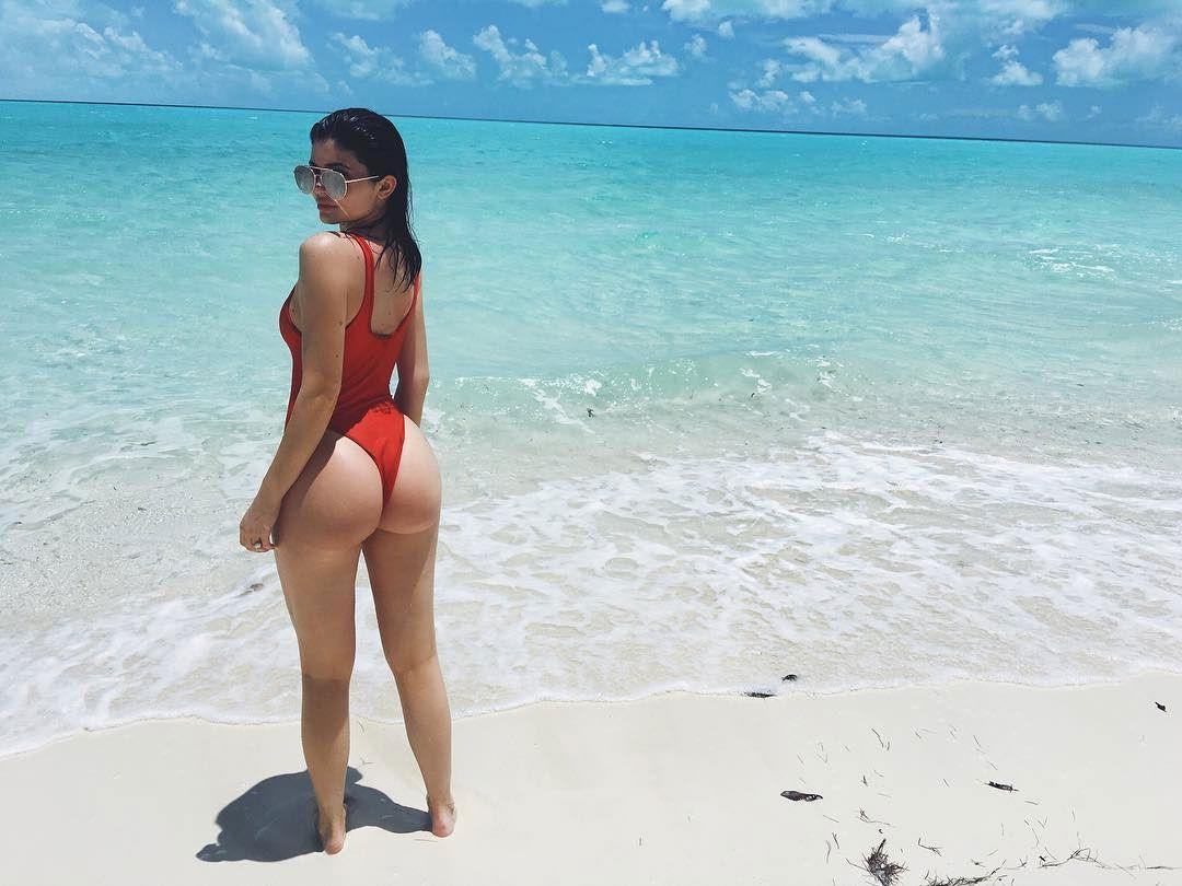 """<p>Kylie throws it back to her <a rel=""""nofollow"""" href=""""http://www.cosmopolitan.com/entertainment/celebs/news/a62630/kylie-jenner-19-birthday-party-photos/"""">epic birthday weekend</a> in Turks and Caicos.</p>"""