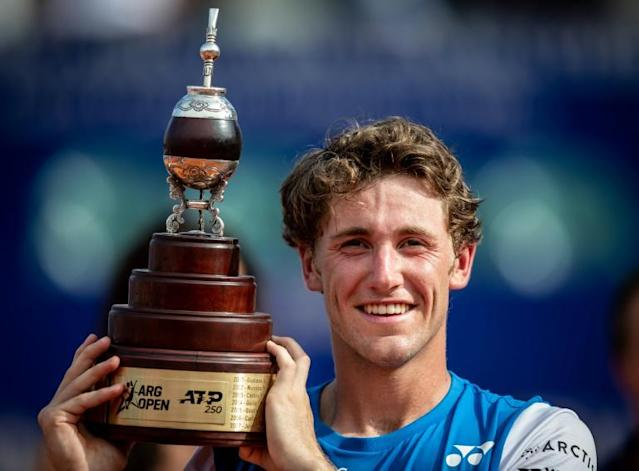 Norway's Casper Ruud holds the Buenos Aires trophy (AFP Photo/Sergio LLAMERA)
