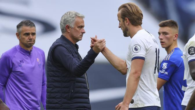 Manajer Tottenham Hotspur Jose Mourinho (kiri) memberi selamat kepada Harry Kane usai pertandingan Premier League di Stadion Tottenham Hotspur, London, Minggu (19/7/2020). Tottenham Hotspur mencukur Leicester City 3-0. (Richard Heathcote/Pool Photo via AP)