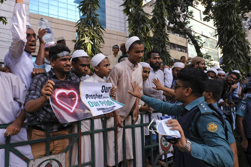 Tens of thousands protest in Bangladesh over French cartoons