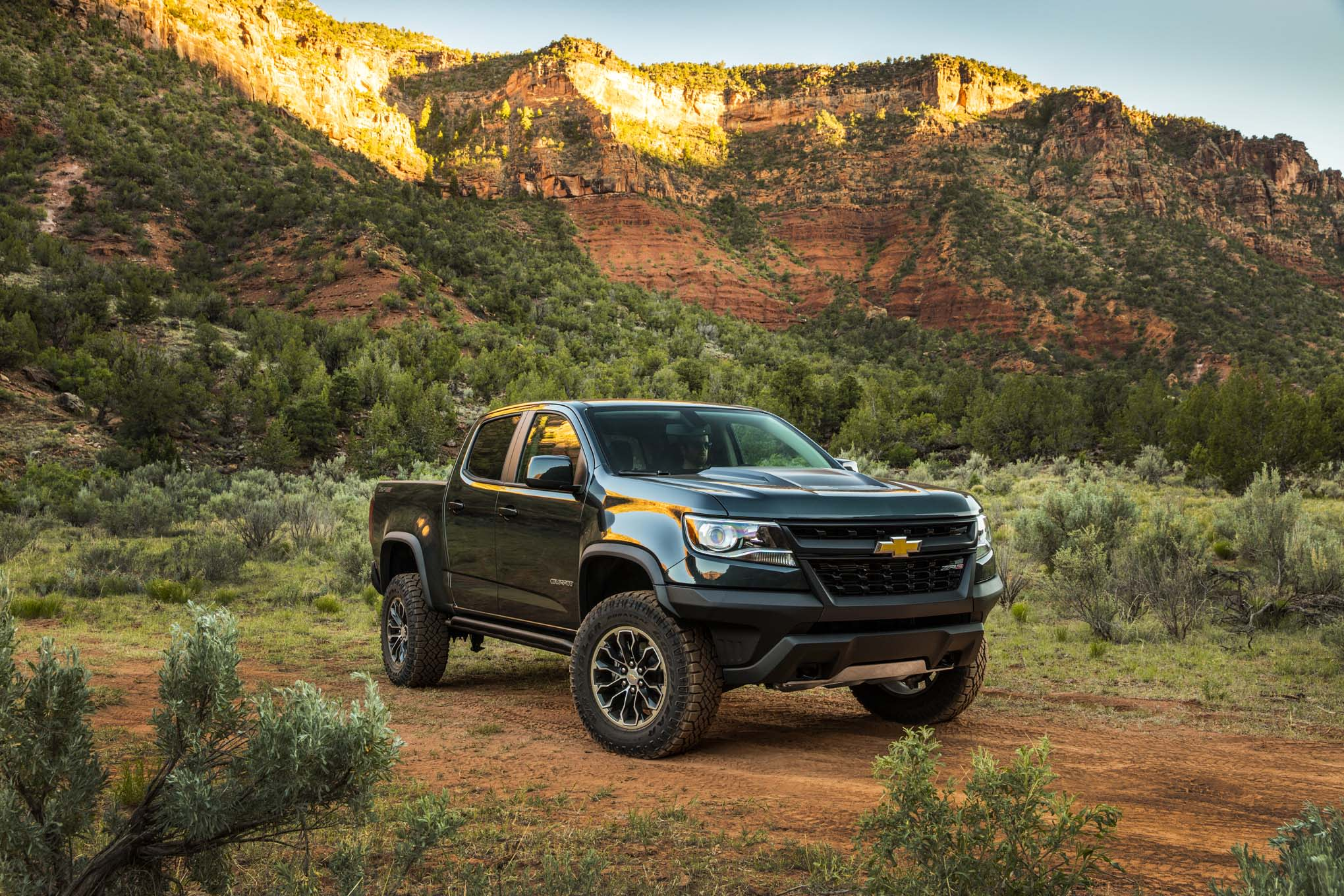 2017 Chevrolet Colorado ZR2 mid-size pick-up review [Video]