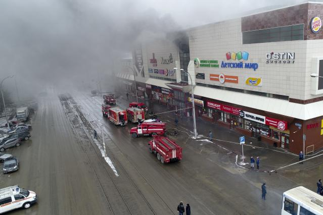 <p>In this Russian Emergency Situations Ministry photo on March 25, 2018, smoke rises above a multistory shopping center in the Siberian city of Kemerovo, about 3,000 kilometers (1,900 miles) east of Moscow. (Photo: Russian Ministry for Emergency Situations photo via AP) </p>