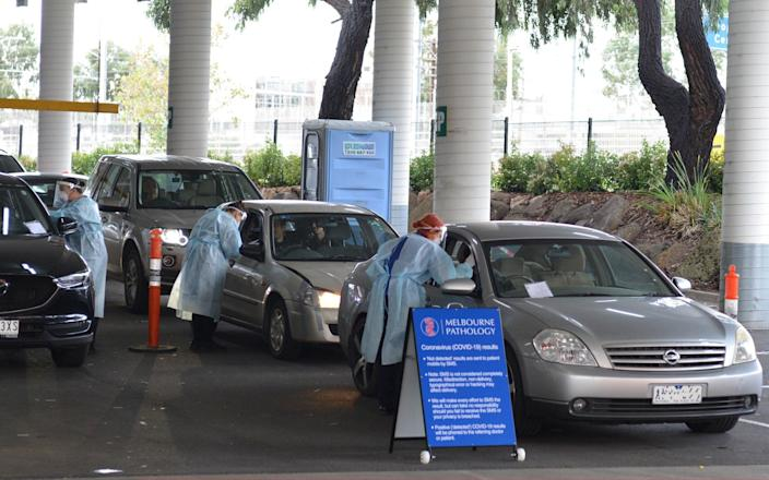Officials check drivers in their cars as Melbourne imposes a lockdown on coronavirus hotspots - Anadolu Agency
