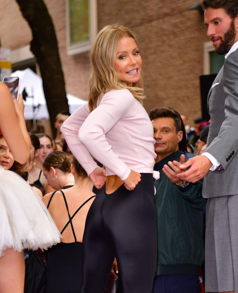 Kelly Ripa wears tight yoga pants