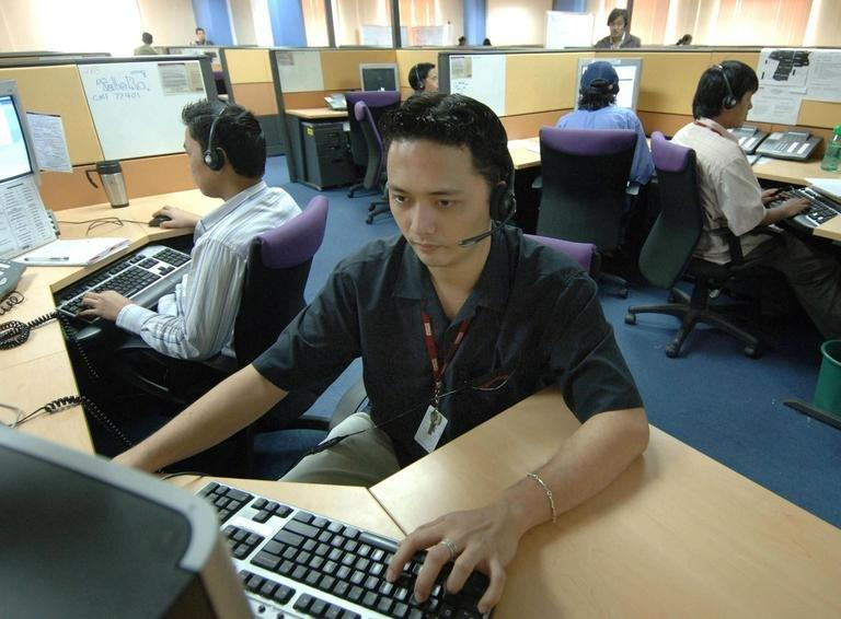 Filipino call center emplyees are pictured  in Manila, on August 25, 2005