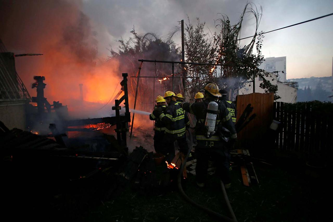 <p>Firefighters work as a wildfire burns in the northern city of Haifa, Israel November 24, 2016. (REUTERS/Baz Ratner) </p>