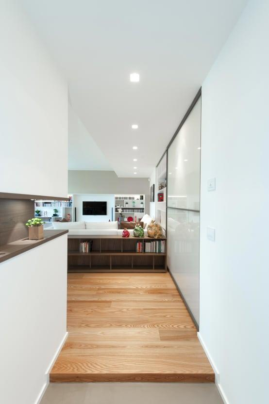 <p>Hallways have a tendency to be a little uninspiring, but not this one! Finished in bright white and with gloss surfaces, it resonates a contemporary vibe from the second you step foot in it. You can already tell that it leads into the wider space terrifically well too.</p>  Credits: homify / Studio Associato Casiraghi
