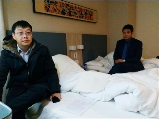 Wus Anwälte Yan Xin (l.) and Ge Yongxi in einem Hotel