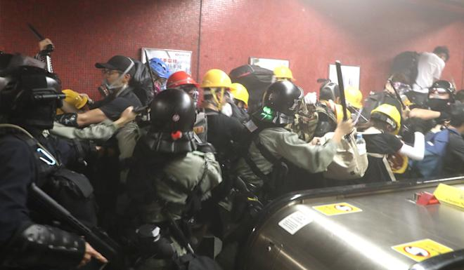 Police arresting protesters at Tai Koo station. Photo: Handout