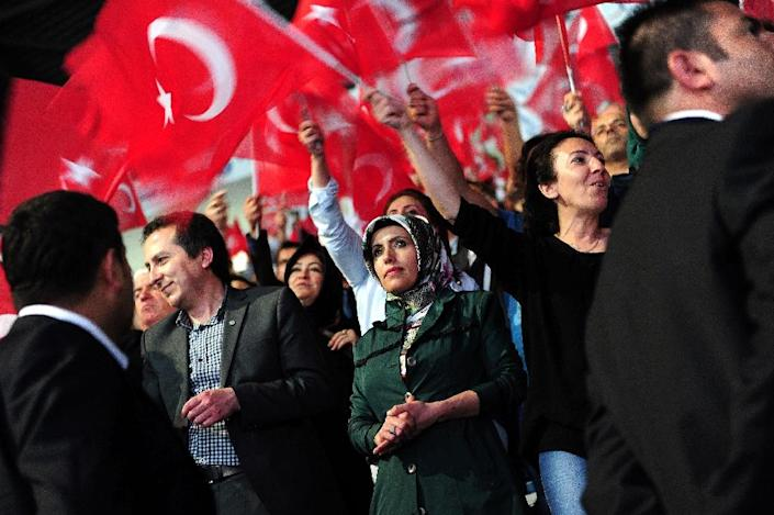 Justice and Development Party (AKP) supporters wave flags as they listen to a speech by Turkish President Recep Tayyip Erdogan in Istanbul, on May 25, 2015 (AFP Photo/Ozan Kose)
