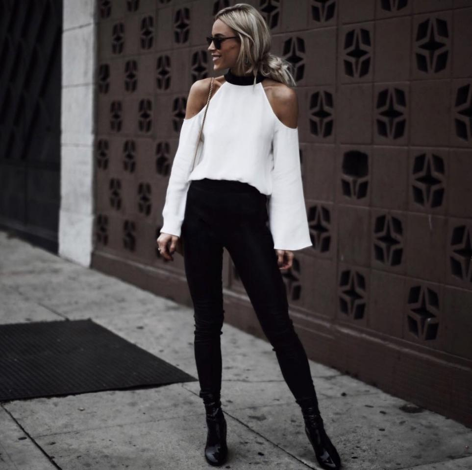 "<p>La <em>influencer</em> Mary Lawless Lee nos propone combinar dos tendencias para conseguir un look 10 de oficina: el <em>black and white</em> + escote 'Bardot'. (Foto: Instagram / <a rel=""nofollow"" href=""https://www.instagram.com/happilygrey/"">@happilygrey</a>). </p>"