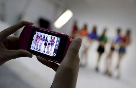 A Mobile Phone Screen Shows Online Hostess Xianggong R And Others As They Pose