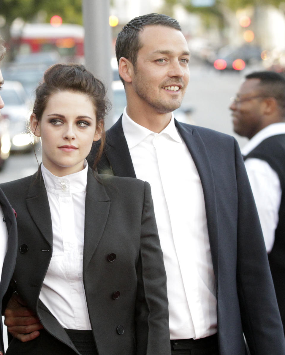 """Director of the movie Rupert Sanders poses with cast member Kristen Stewart at an industry screening of """"Snow White and the Huntsman"""" at the Mann Village theatre in Westwood, California May 29, 2012..  REUTERS/Mario Anzuoni (UNITED STATES)"""
