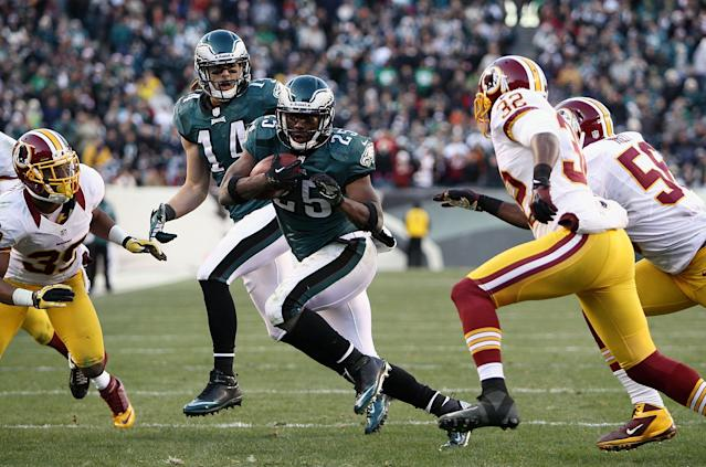 PHILADELPHIA, PA - DECEMBER 23: LeSean McCoy #25 of the Philadelphia Eagles runs with the ball against the Washington Redskins during the fourth quarter at Lincoln Financial Field on December 23, 2012 in Philadelphia, Pennsylvania. (Photo by Alex Trautwig/Getty Images)