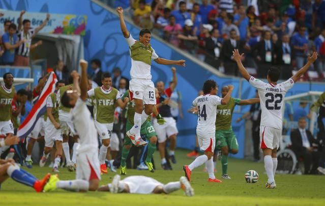 Costa Rica's players celebrate at the end of their 2014 World Cup Group D soccer match against Italy at the Pernambuco arena in Recife June 20, 2014. REUTERS/Brian Snyder (BRAZIL - Tags: SOCCER SPORT WORLD CUP TPX IMAGES OF THE DAY)