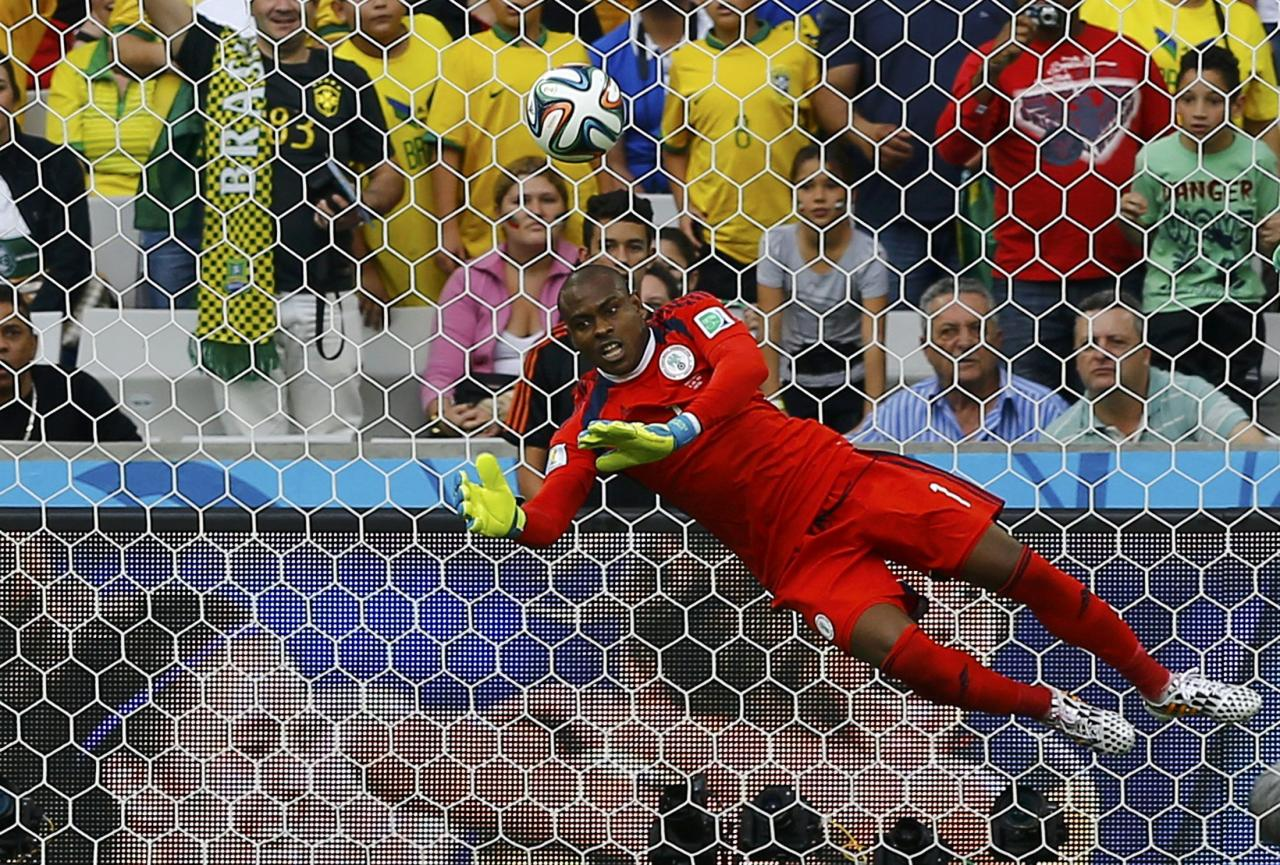 Nigeria's Vincent Enyeama saves a shot against Iran during their 2014 World Cup Group F soccer match at the Baixada arena in Curitiba June 16, 2014. REUTERS/Ivan Alvarado (BRAZIL - Tags: SOCCER SPORT WORLD CUP)