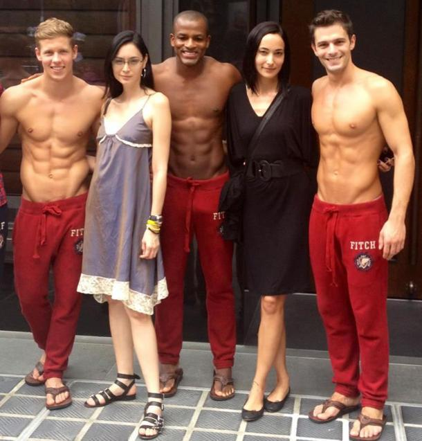 Supermodels Lisa S (2nd from right) and Ana R pose with the Abercrombie and Fitch models in Singapore before its official opening here last December. (Photo: http://www.alivenotdead.com/lisas)