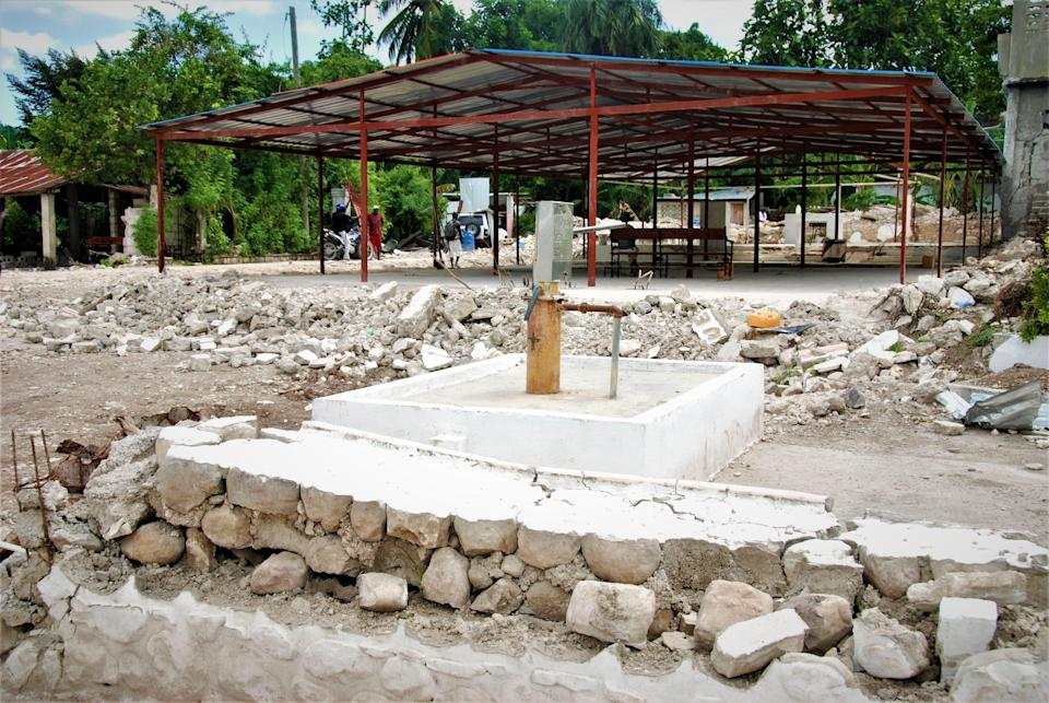 The parish of Saint Rose De Lima in Maniche is crushed in Haiti. The father of the town took shelter to celebrate mass.