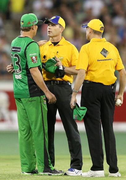 MELBOURNE, AUSTRALIA - JANUARY 06:  Shane Warne of the Melbourne Stars talks to the umpires after his heated exchange with Marlon Samuels of the Melbourne Renegades during the Big Bash League match between the Melbourne Stars and the Melbourne Renegades at Melbourne Cricket Ground on January 6, 2013 in Melbourne, Australia.  (Photo by Michael Dodge/Getty Images)