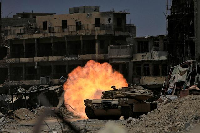 <p>A tank of the Emergency Response Division fires at Islamic State militants in the old city of Mosul, Iraq July 5, 2017. (Photo: Alaa Al-Marjani/Reuters) </p>