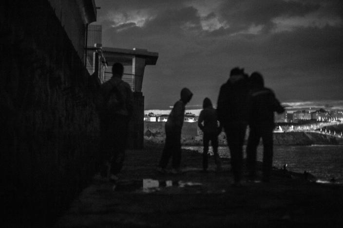 A group of Moroccan boys walk on the breakwater at Melilla´s harbor in 2014. (Photo: José Colón/MeMo for Yahoo News)