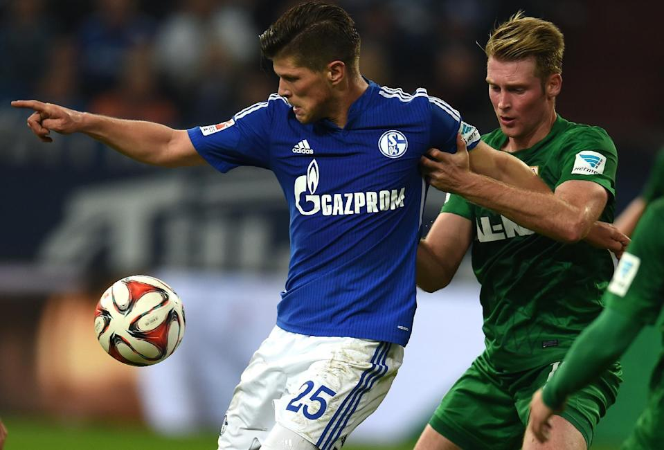 Schalke's Klaas-Jan Huntelaar (L) fights for the ball with Augsburg's Jan-Ingwer Callsen-Bracker during their German First division Bundesliga match, in Gelsenkirchen, western Germany, on October 31, 2014 (AFP Photo/Patrik Stollarz)