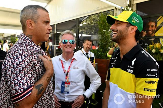 "Robbie Williams e Daniel Ricciardo, Renault F1 Team <span class=""copyright"">Mark Sutton / Motorsport Images</span>"